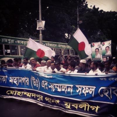 政治政党による街中行進。